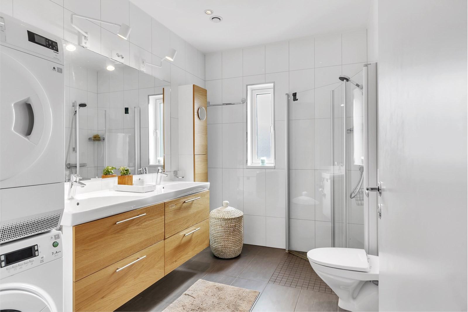 Badet er pent. Fliser både på gulv og vegger. Mosaikk i dusjsonen