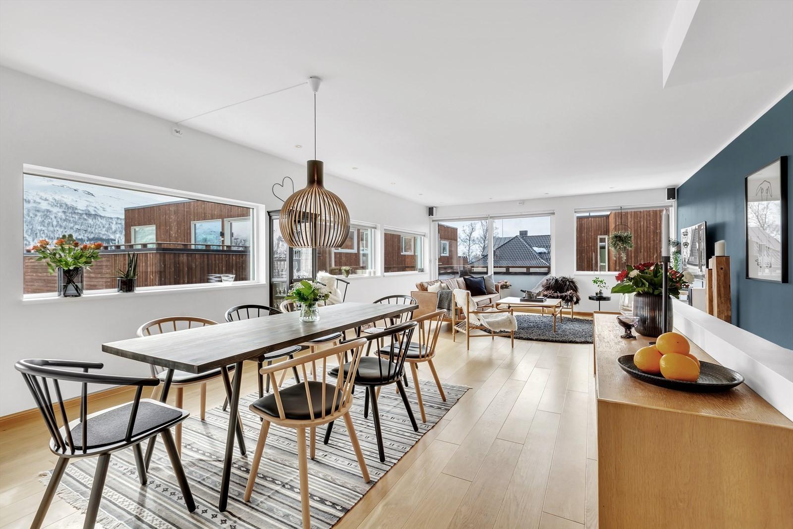 Som bilder viser er det god plass til spisestue mellom kjøkkenet og dagligstuen