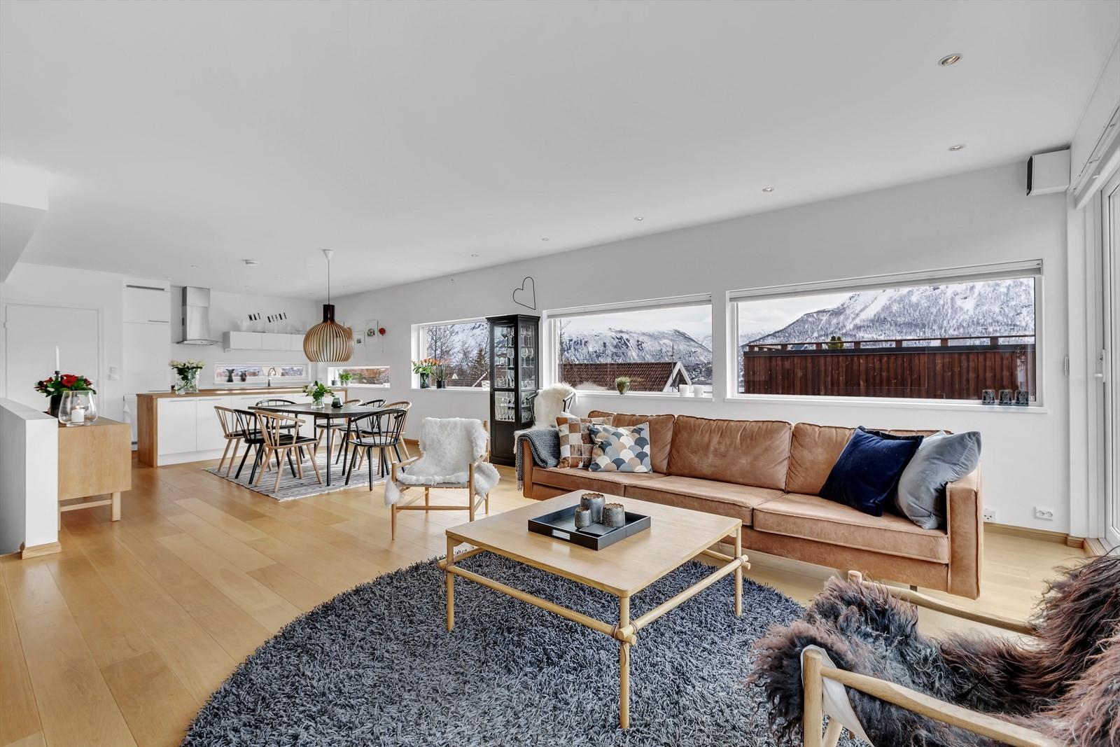 I 2. etasjer finner du denne flotte stuen, et innbydende kjøkken og bod