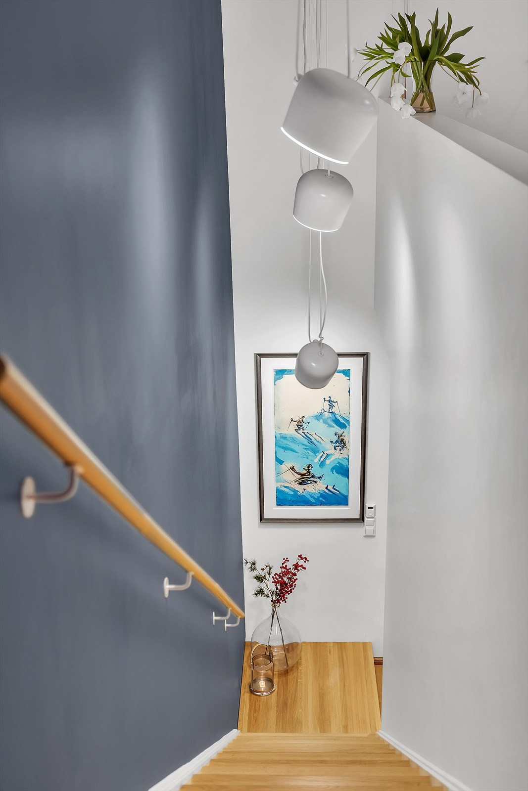 Trappegangen er malt i behagelig dus farge og det integrerte belysning i trinnene
