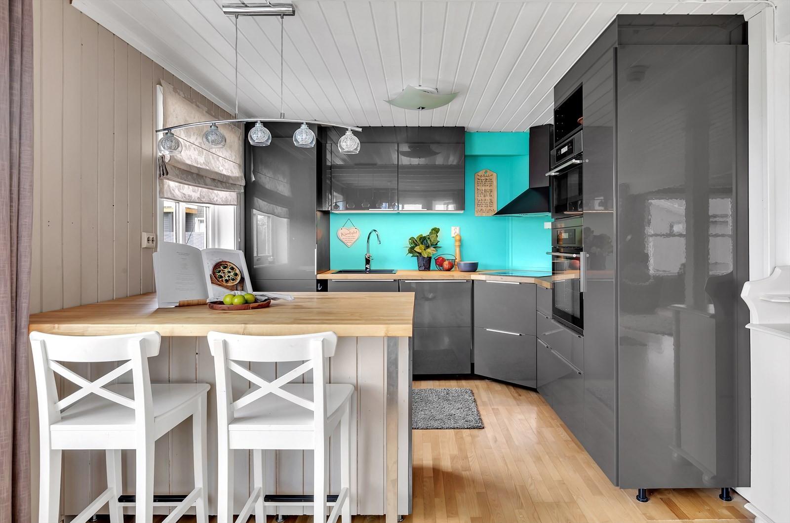 Flott kjøkken med god benke- og oppbevaringsplass