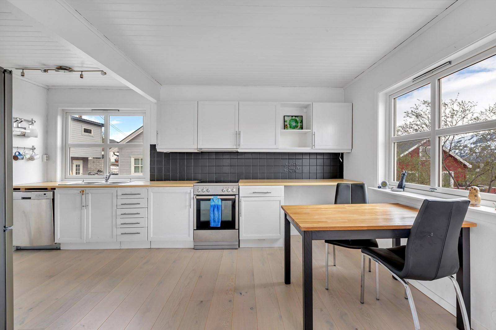 Kjøkken med vindu og lysinnslipp mot øst og nord.