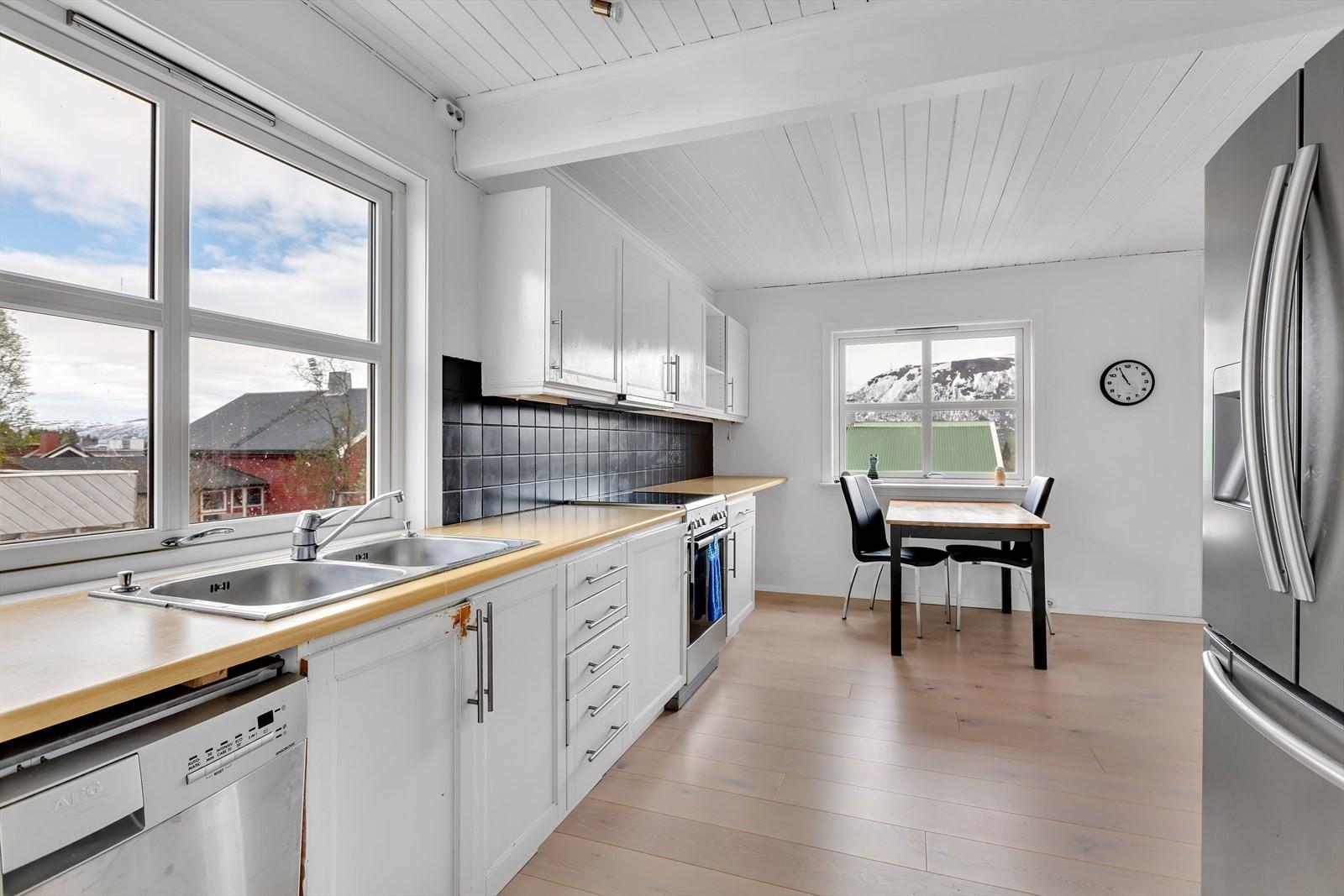 Kjøkken i 1. etasje, delvis åpen løsning mot spisestue.