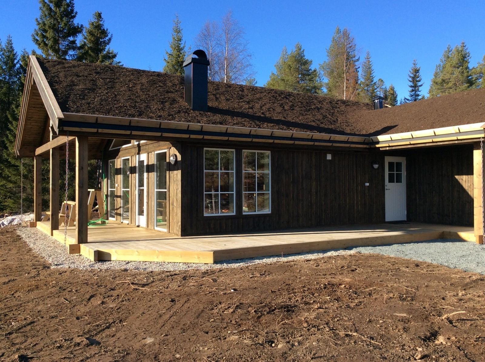 Dette er en rimelig og praktisk hytte med mye vinduer & lys. Den passer for en familien som ikke har behov for en veldig stor hytte. Hytten har bl.a. 3 soverom. Det er store tilhørende terrasser, også under tak, og disse terrassene er inkludert i oppgitt
