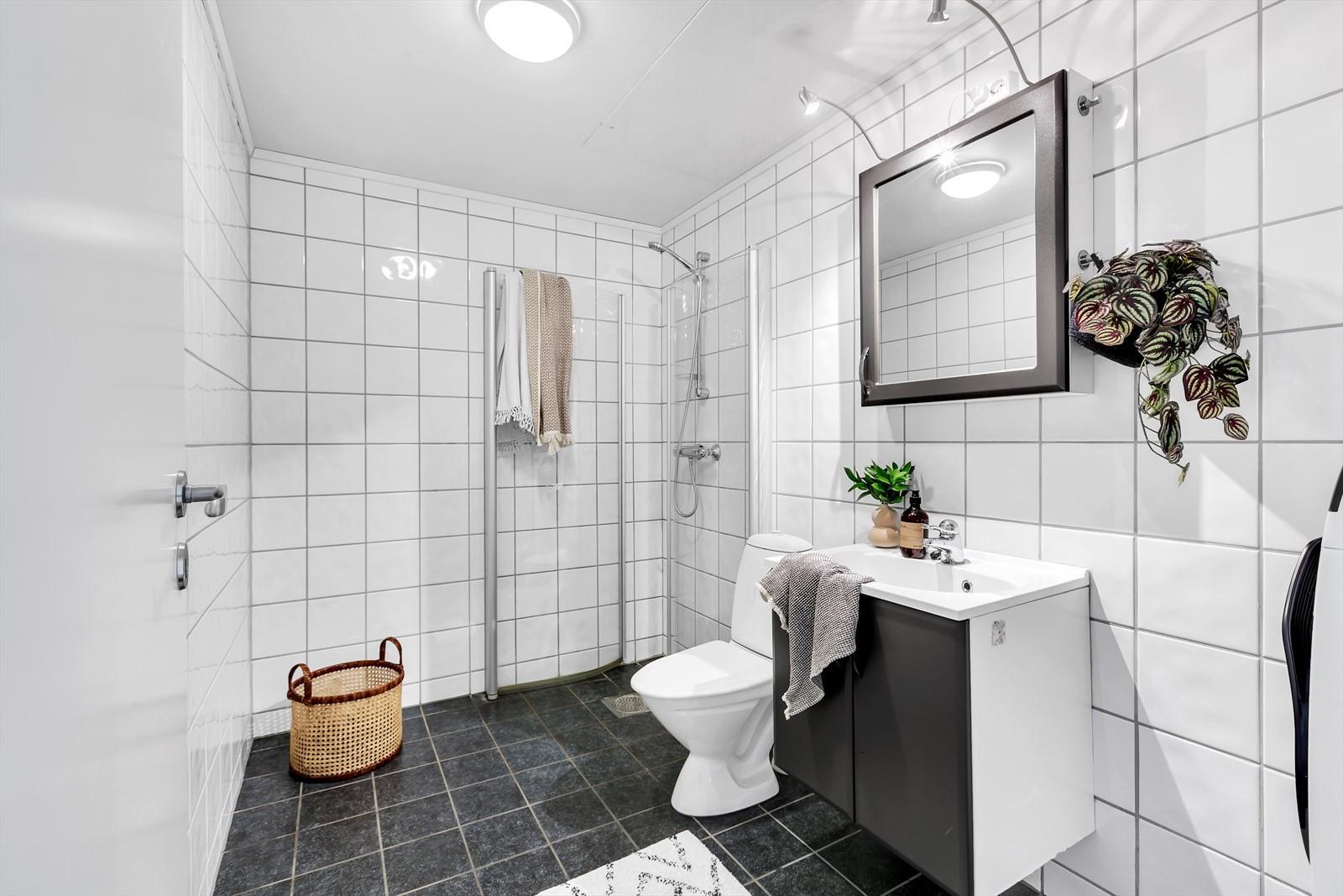 Komplett flislagt badrom m/ dusjhjørne.