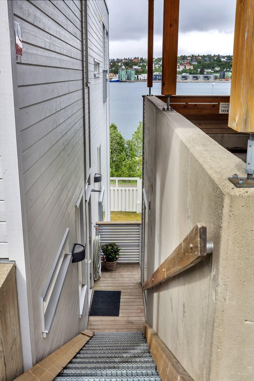 Trappenedgang til leiligheten.