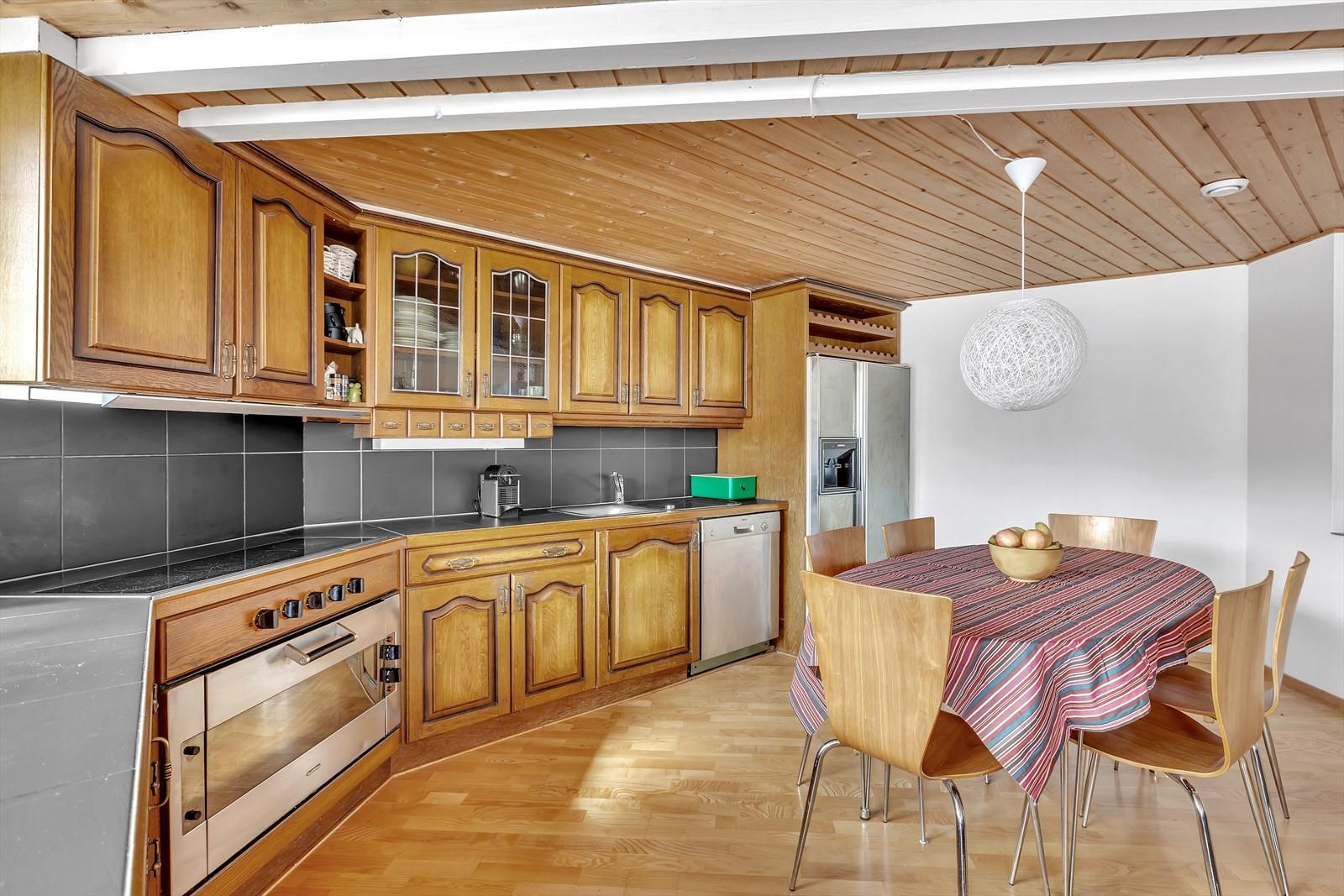 God plass til en romslig spisestue på dette kjøkkenet.