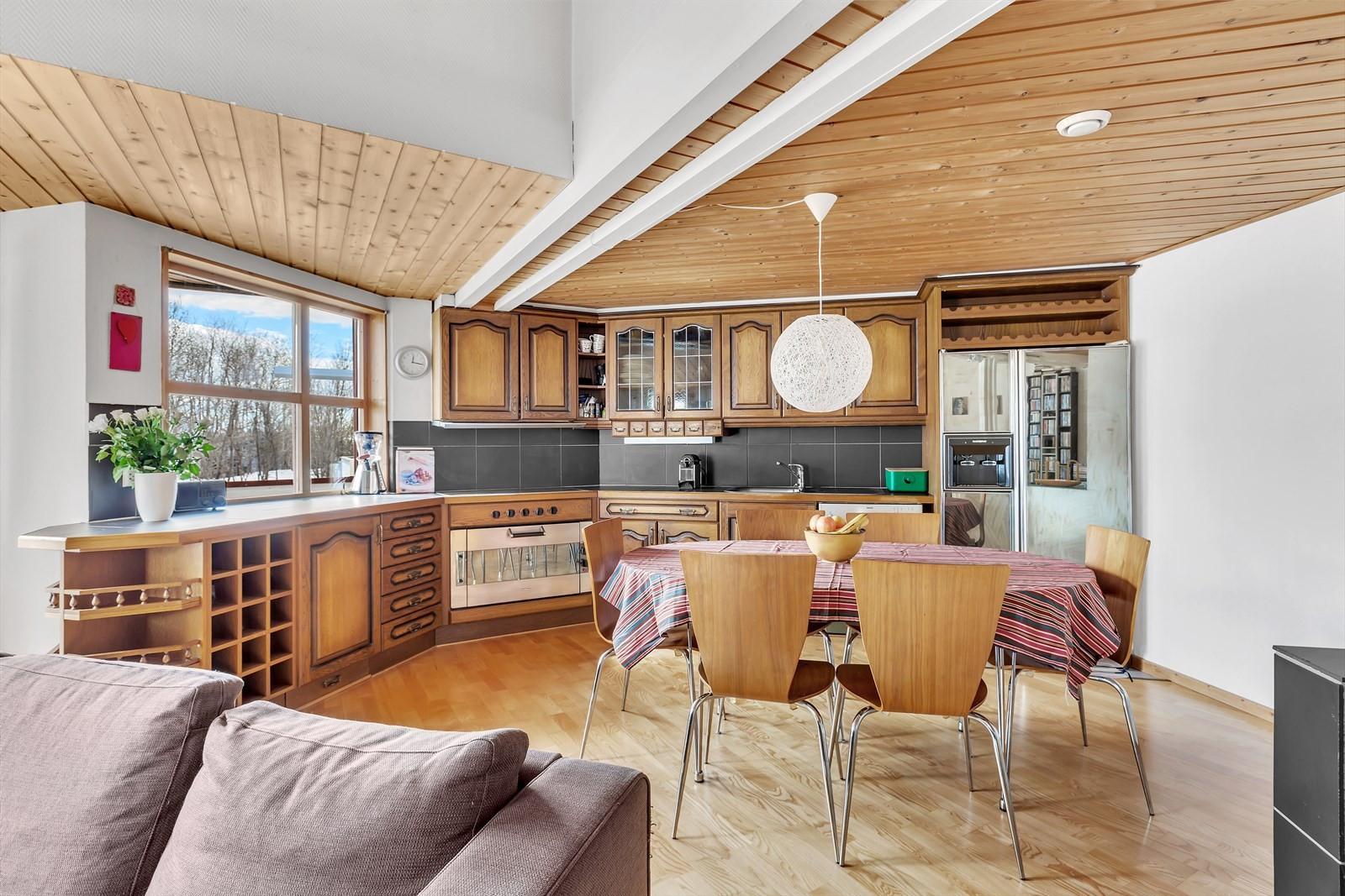 Flott og romslig heltre kjøkken med sjarm. Godt med skapplass, benkeplass samt vindu med utsikt og lysforhold.
