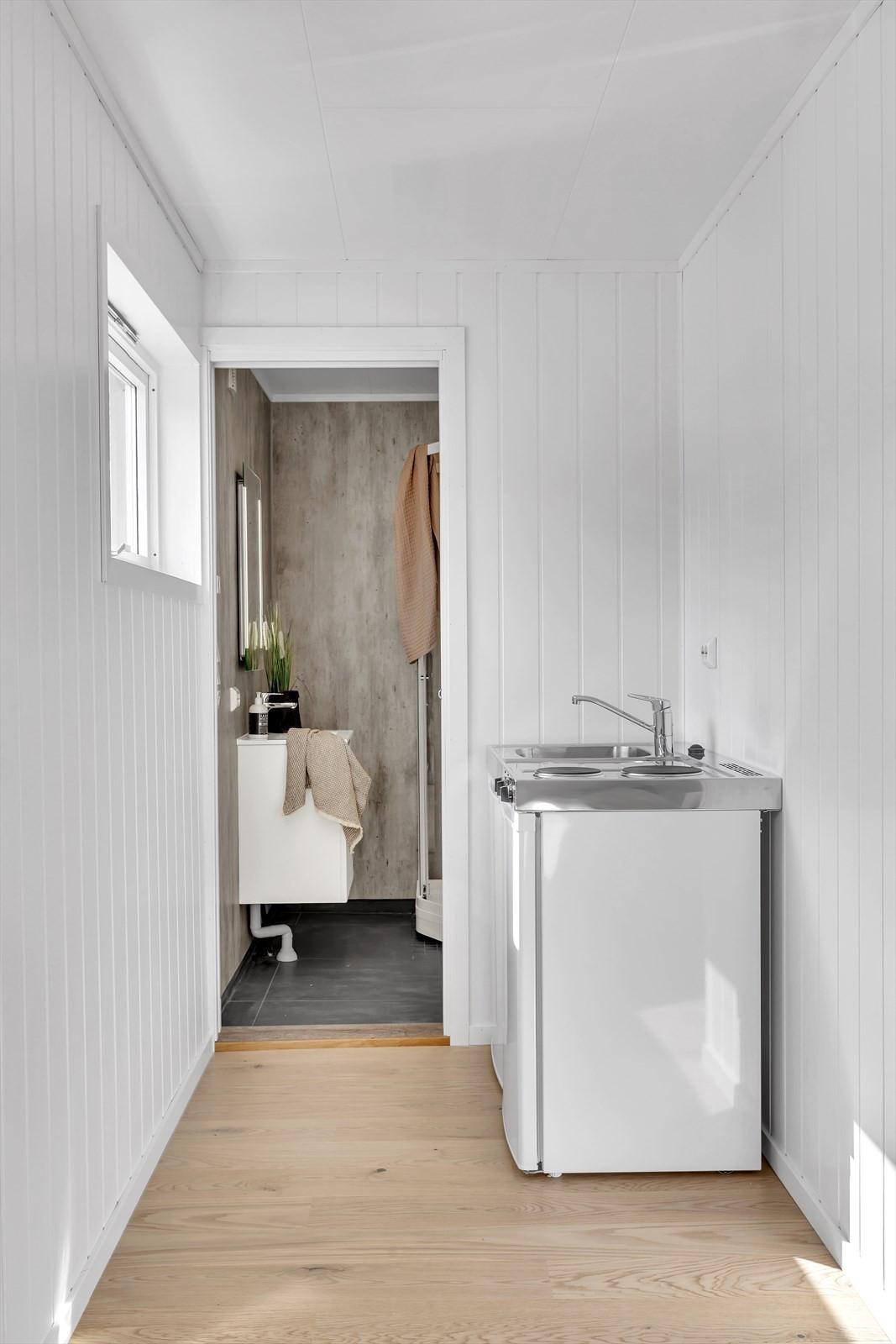 Hybelkjøkken og inngang til bad