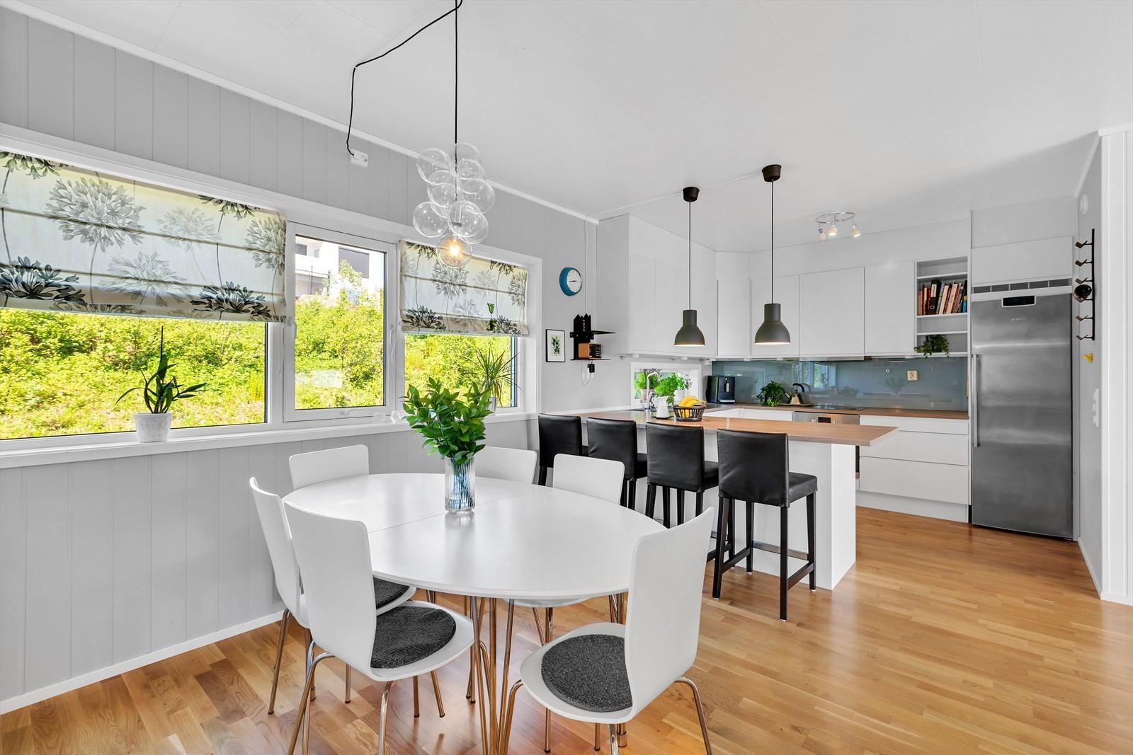 God plass til spisebord i forlengelse av kjøkkenet