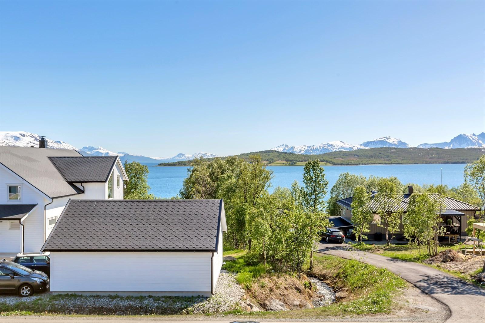 Nydelig utsikt mot Håkøya, Sandnessundet og fjellene på fastlandet og i Balsfjord