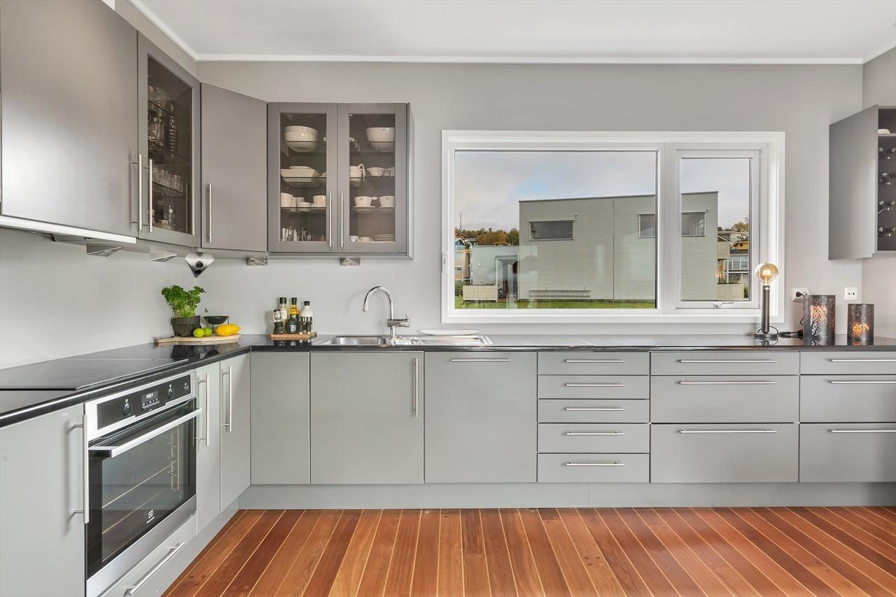 Kjøkkenet har mye skap- og benkeplass