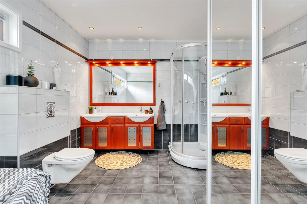 Romslig bad med både dusj og badekar