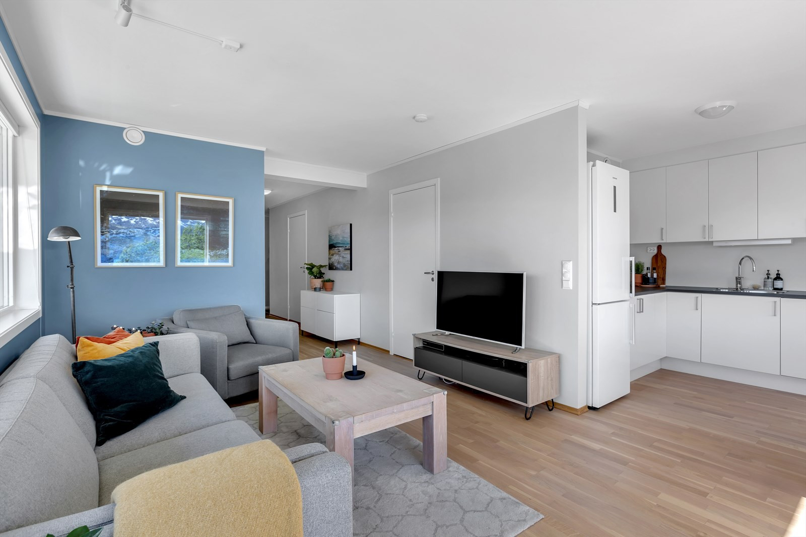 Stue og kjøkken i delvis åpen løsning