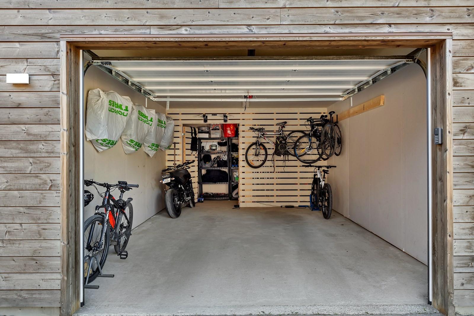 Tilhørende romslig garasjeplass med bod i bakkant