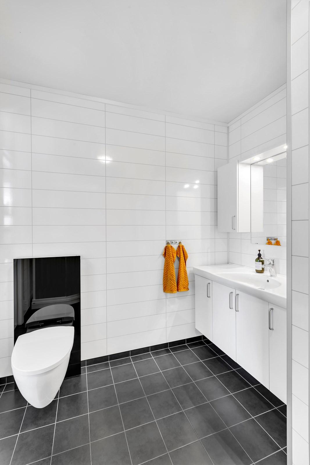 Bad med fliser på gulv samt vannbåren varme