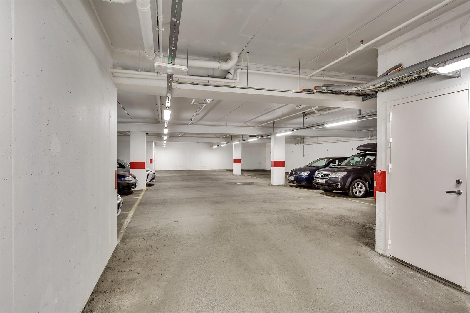 Leiligheten har tilhørende fast biloppstillingsplass i felles garasjeanlegg