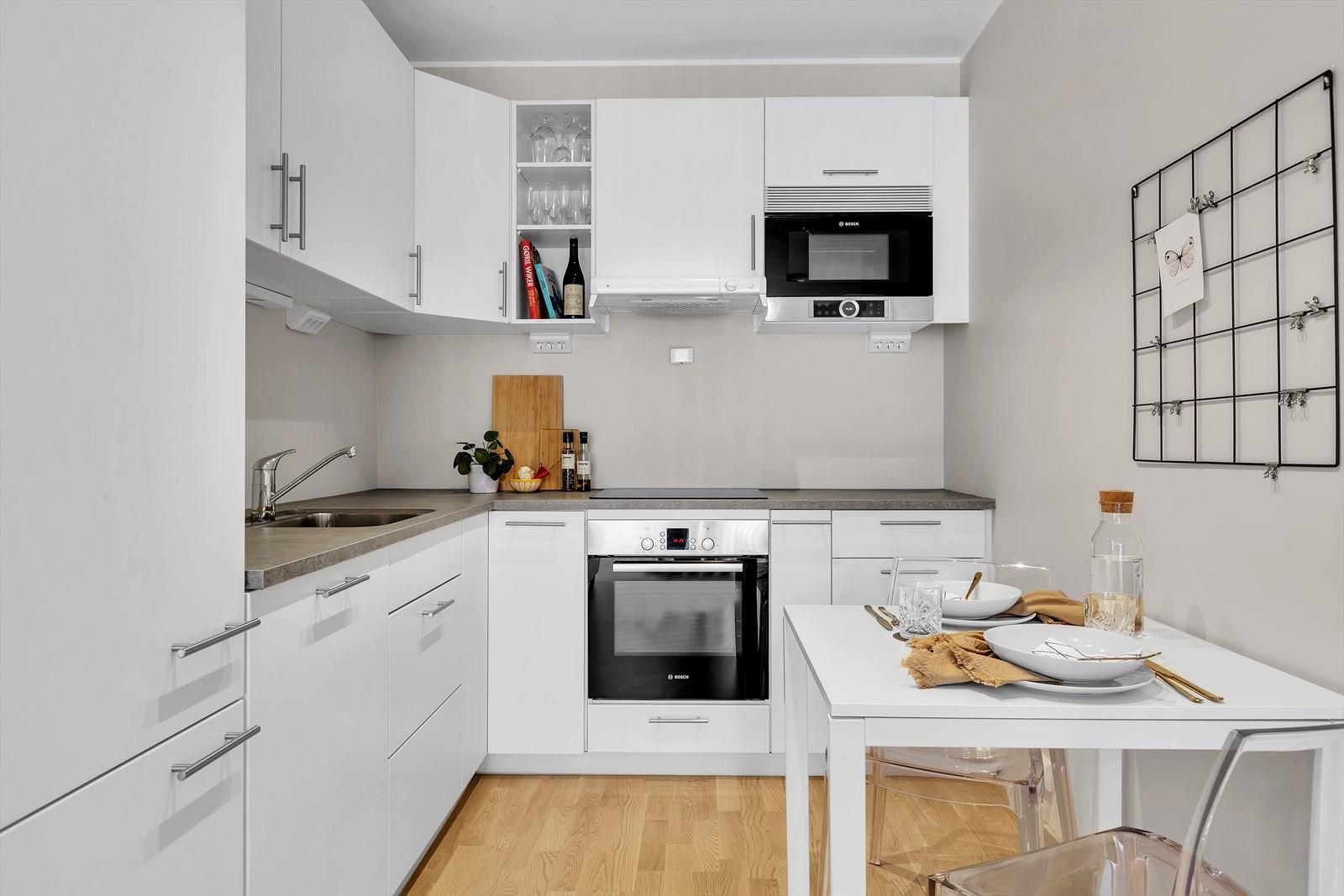 Kjøkkenet har integrerte hvitevarer
