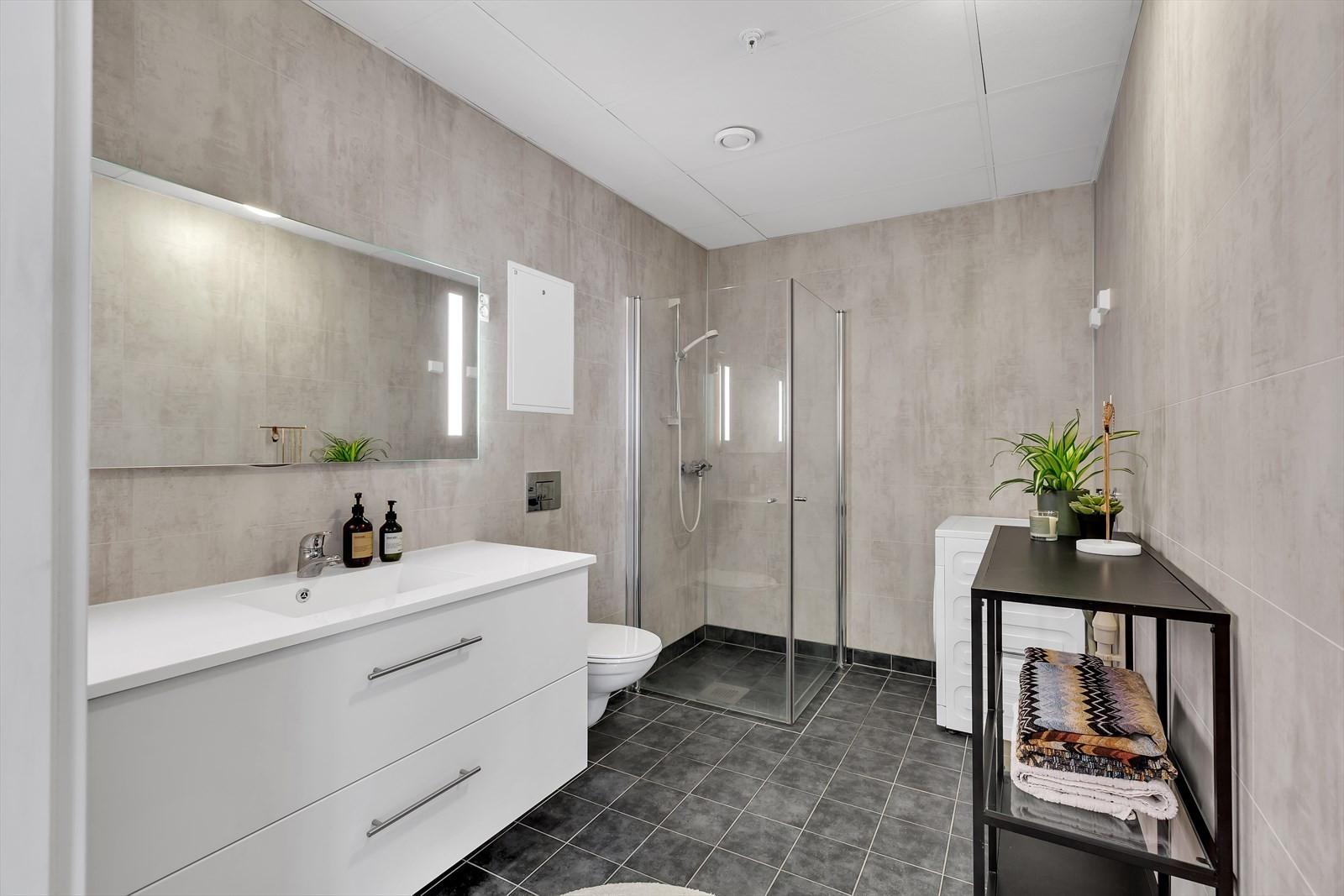 Bad med flislagt gulv og gulvvarme