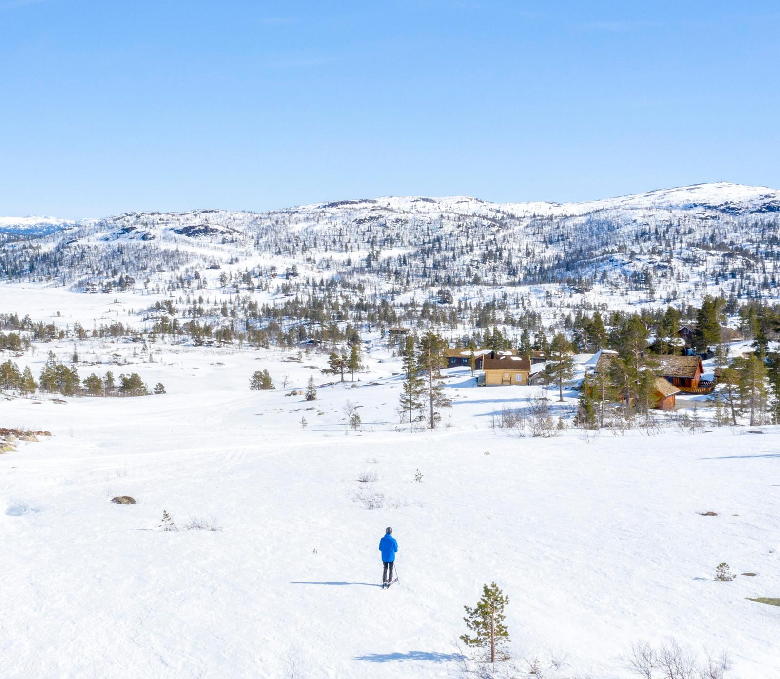 Annonsert tomt som er med i prisen er litt i front på skiløper i bilde.