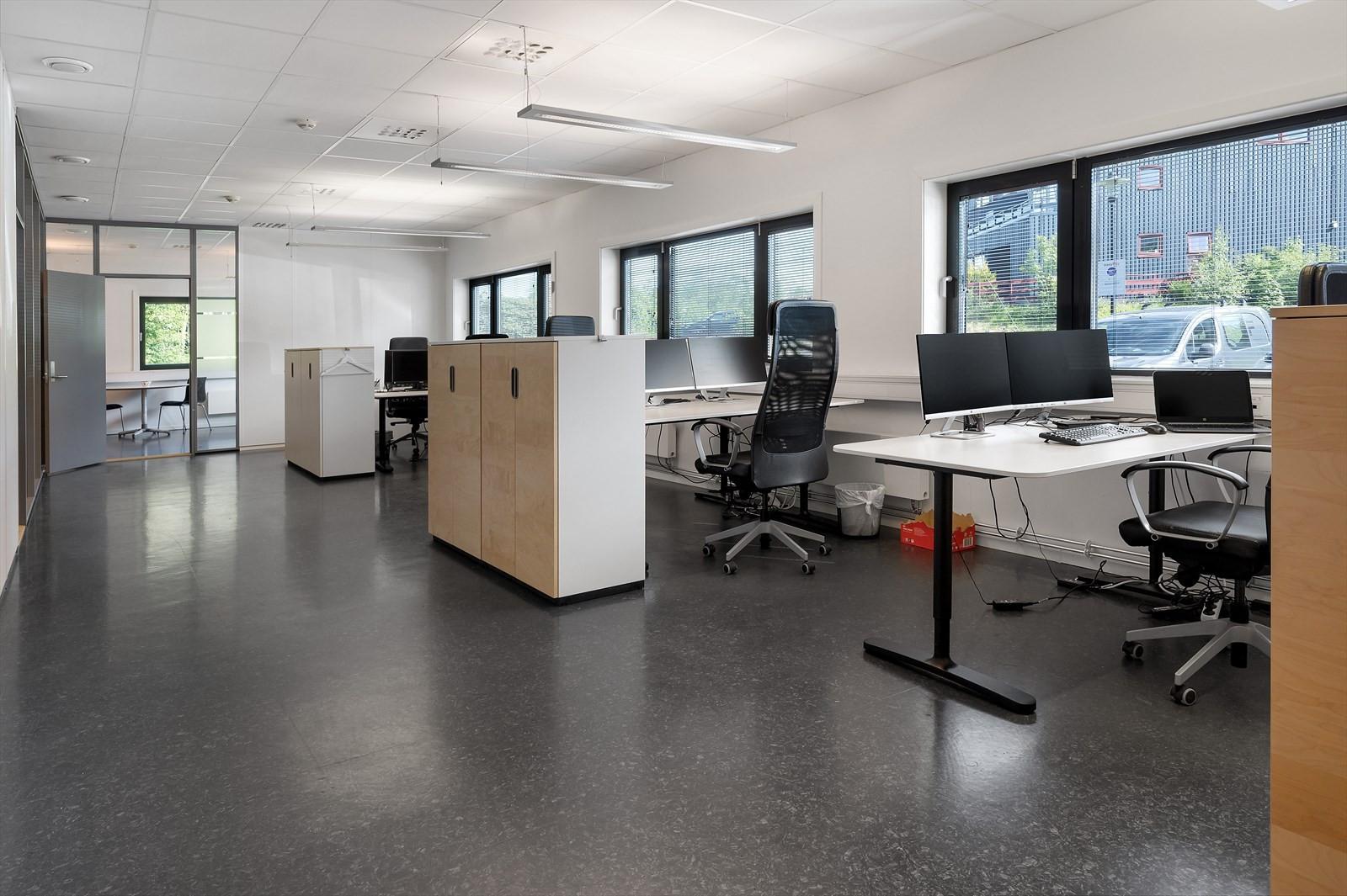 Åpent kontorlandskap med gode lysforhold.