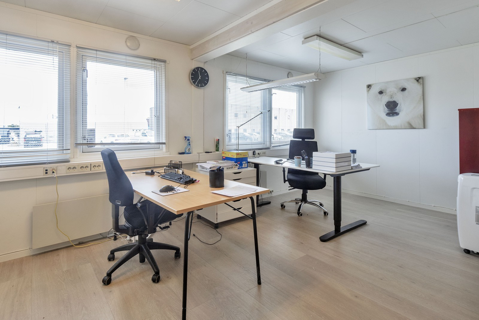 Lyse kontorer med mye vinduer som gir gode arbeidsforhold