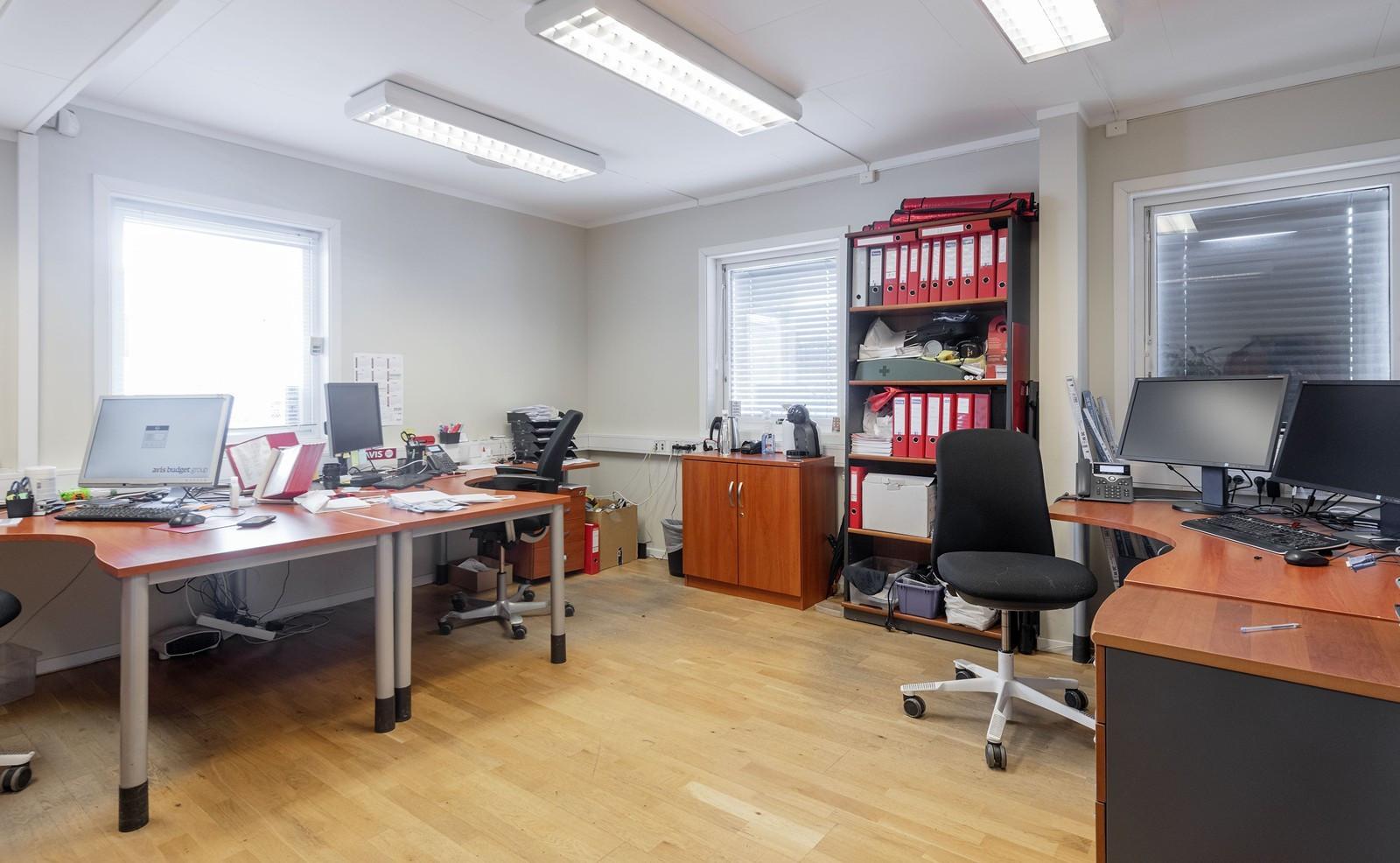 Stort kontor med plass til flere kontorplasser