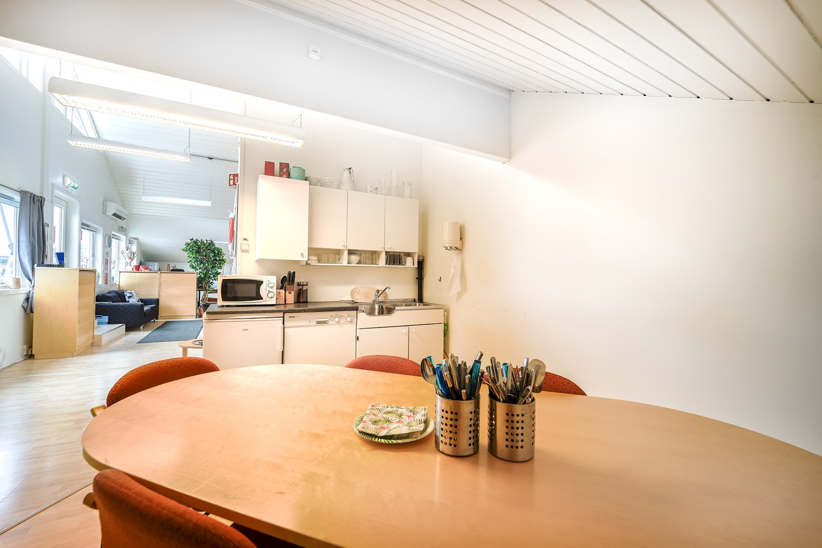Kjøkken med oppvaskmaskin, kjøleskap og god skapplass