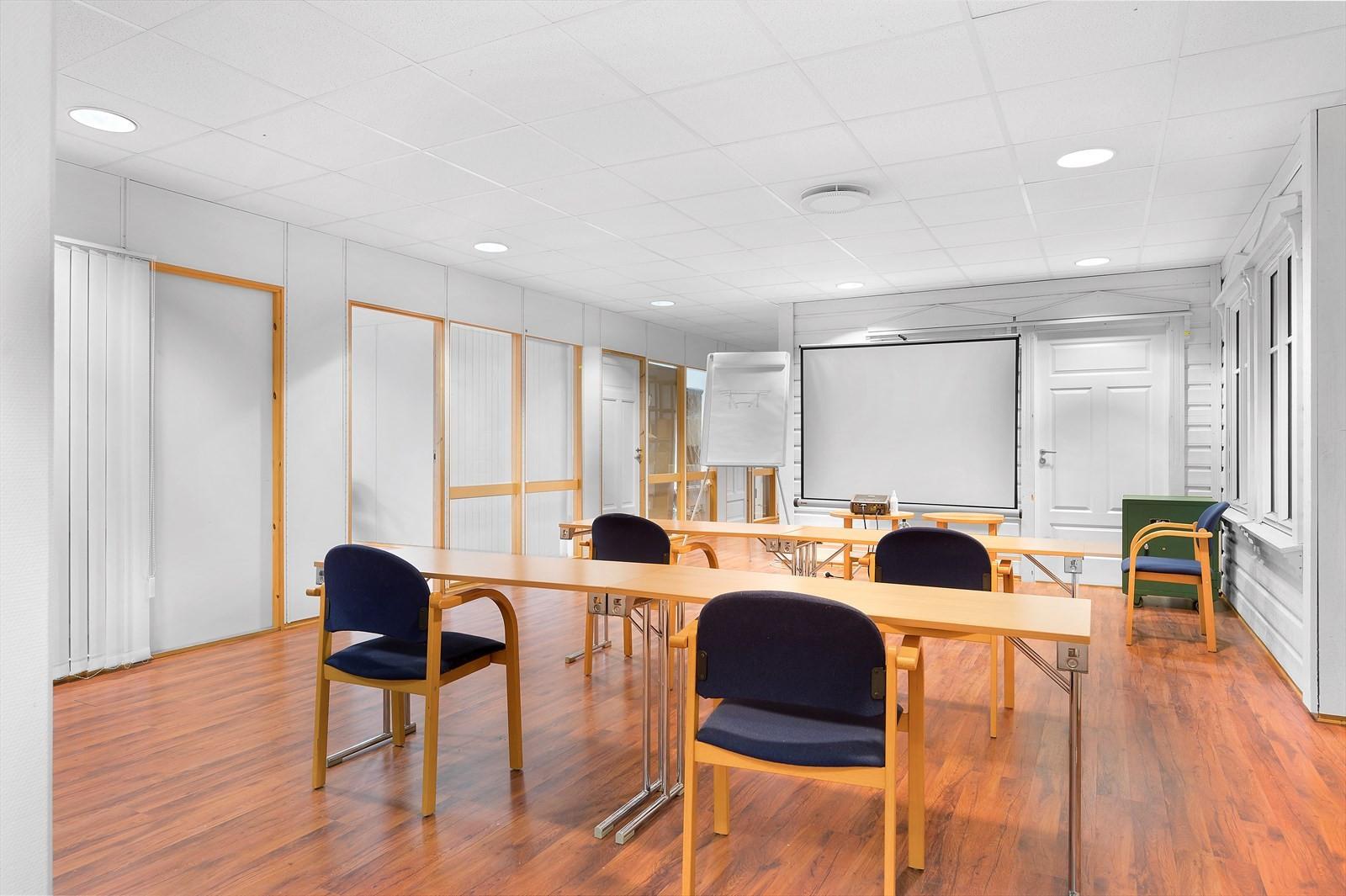 Møteromsfasiliteter i ett av de to ledige lokalene.
