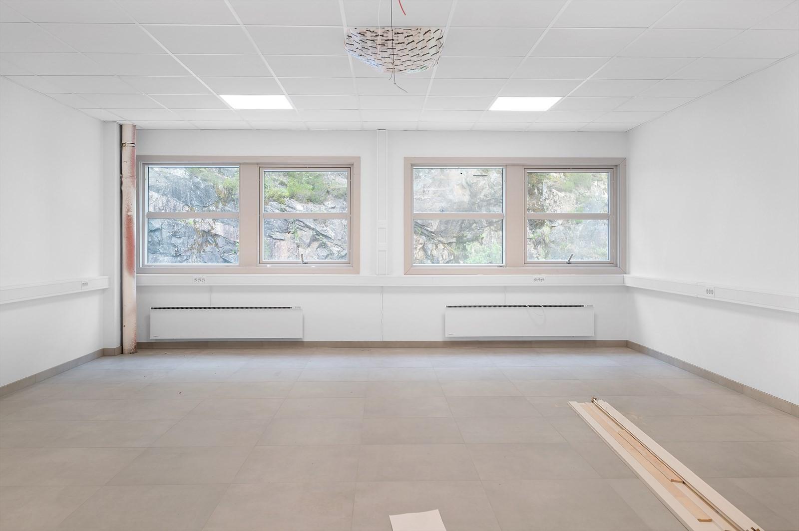 Tilstøtende lokaler er nylig oppgradert med flislagte gulv, lyse overflater og himling med flott belysning. Ledige lokaler kan tilpasses leietaker kravspesifikasjoner.