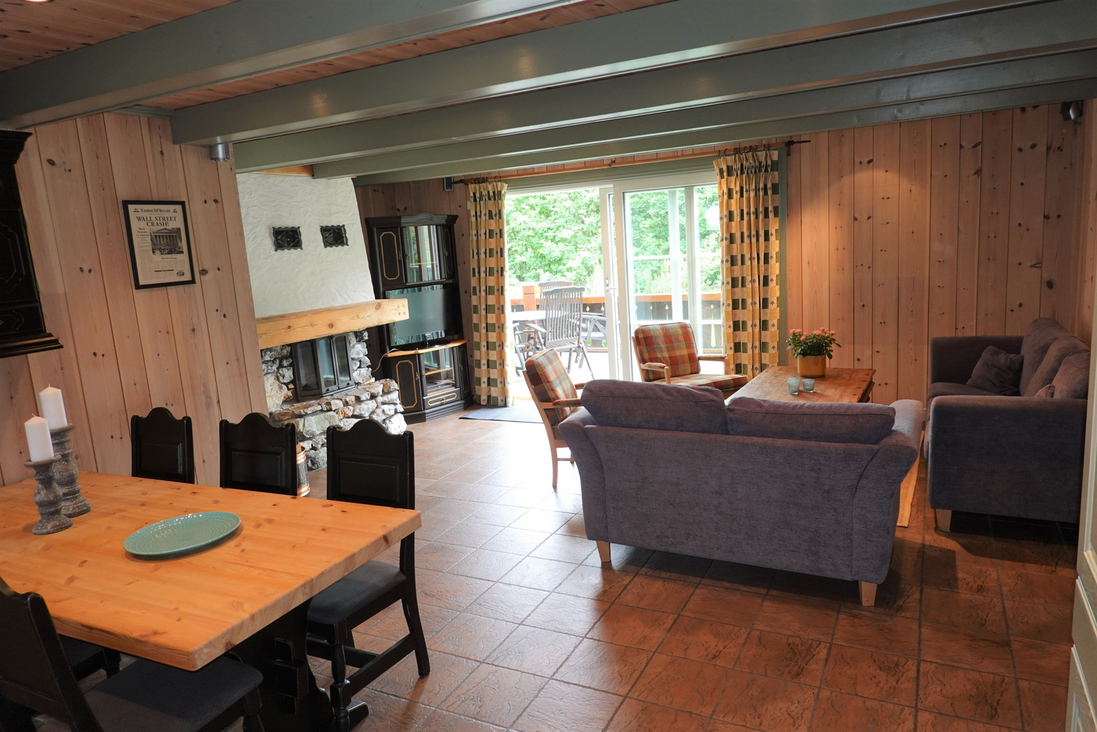 Sofakroken mot terrassen - med peis og tv