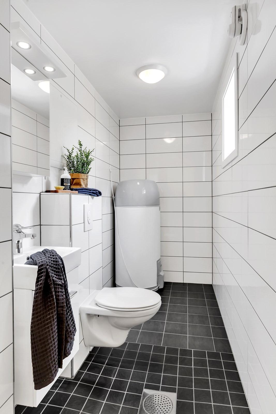 Flislagt vaskerom med wc (ved inngangen)