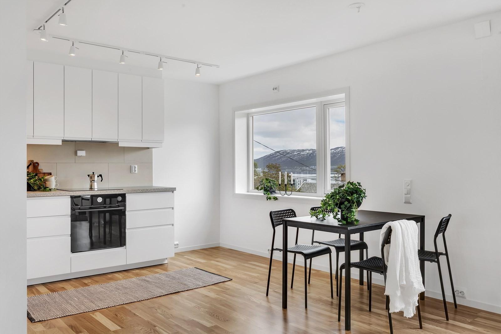 God plass til kjøkkenbord eller spisebord mellom stue og kjøkken