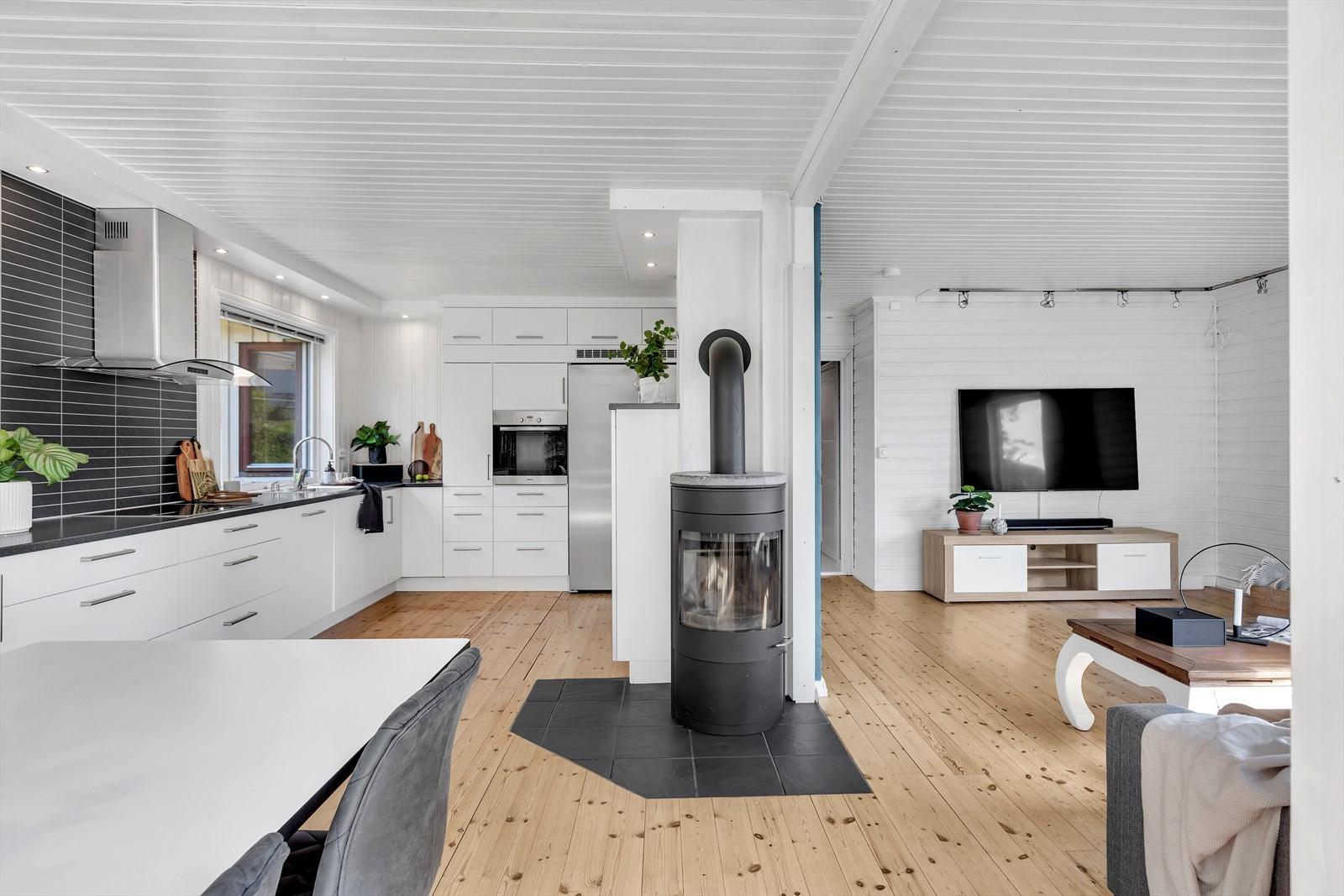 Lys og lutig stue. Vedfyring fint plassert mellom kjøkken og stuen