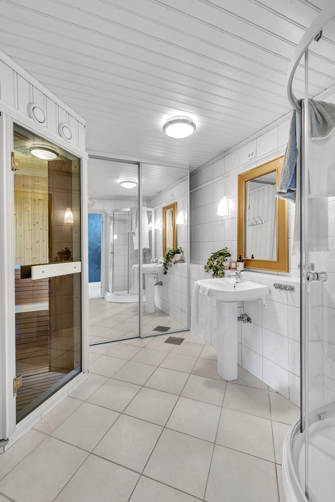 Badet har fliser på gulv med gulvvarme