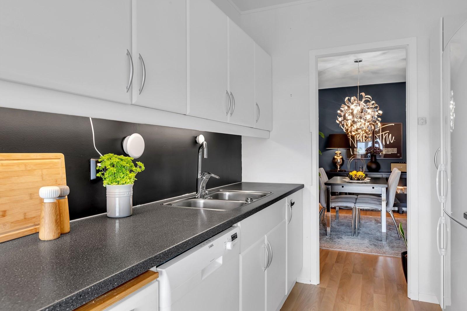 Lyst og innbydende kjøkken: God benke- og oppbevaringsplass