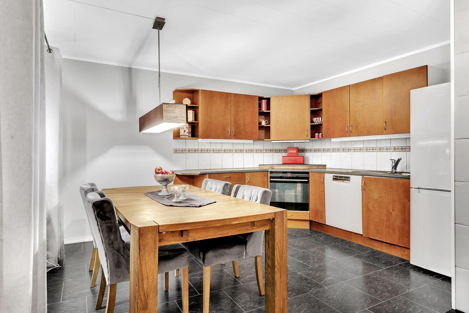 Stor kjøkken med plass til spisestue