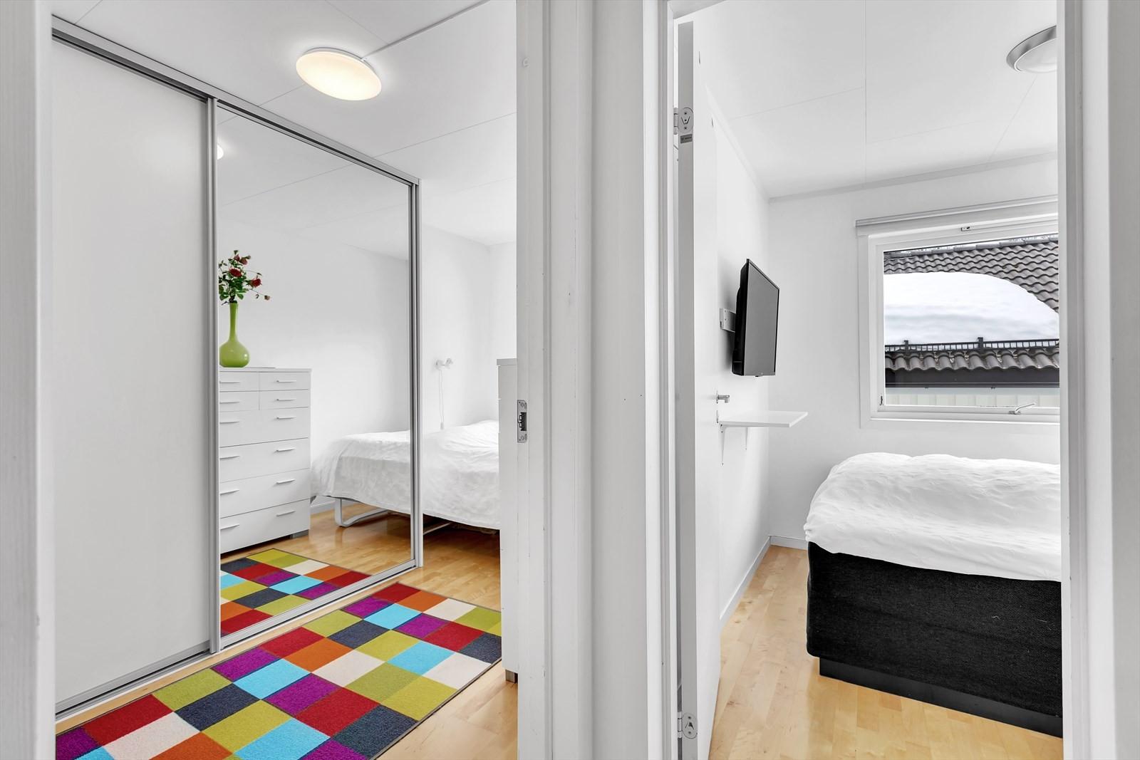 2 soverom på 2. etasje. Stor skyvedørsgarderobe med speil på ene soverom.