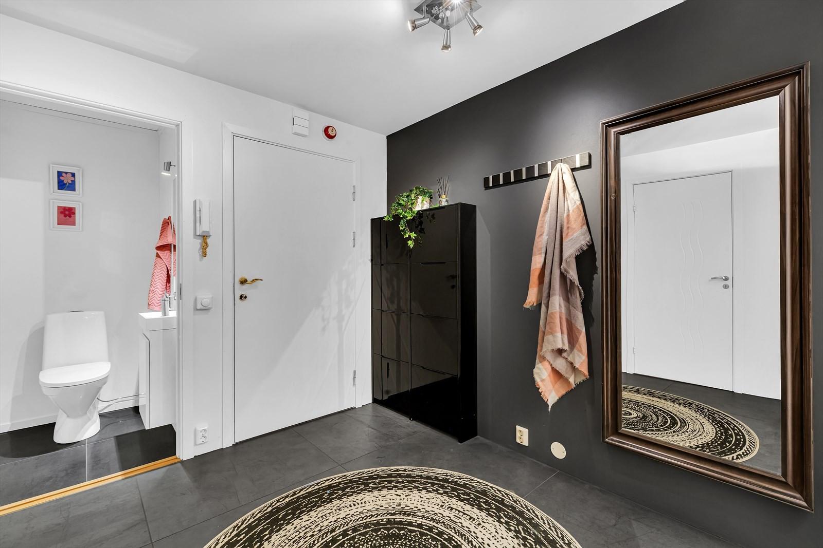 Stort inngangsparti / hall som leder til 2 soverom, stue, bad og WC