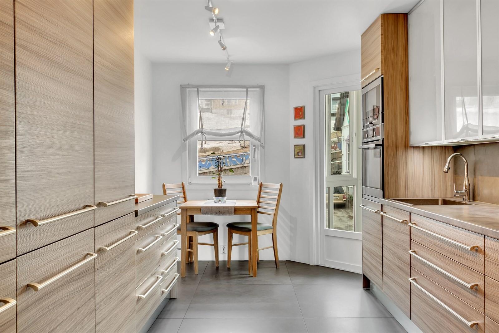 Innholdsrikt og flott kjøkken med en liten spiseplass innerst