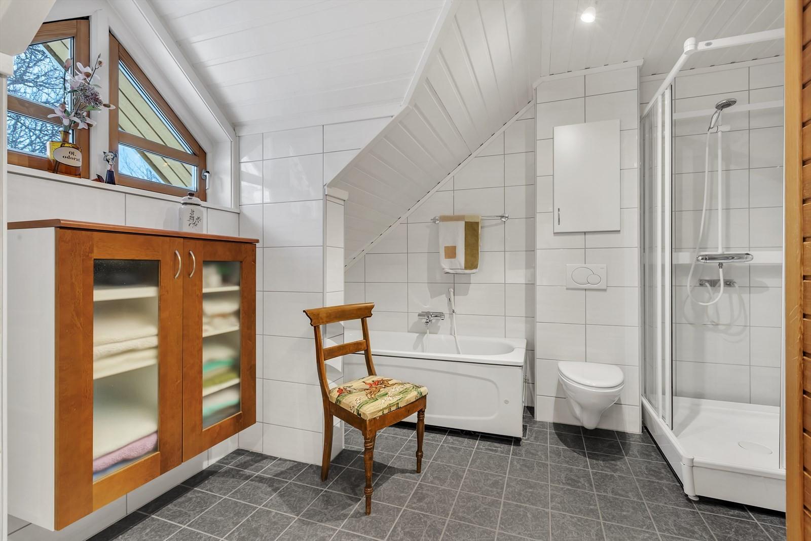Flislagt bad med badekar og dusjkabinett - vegghengt wc