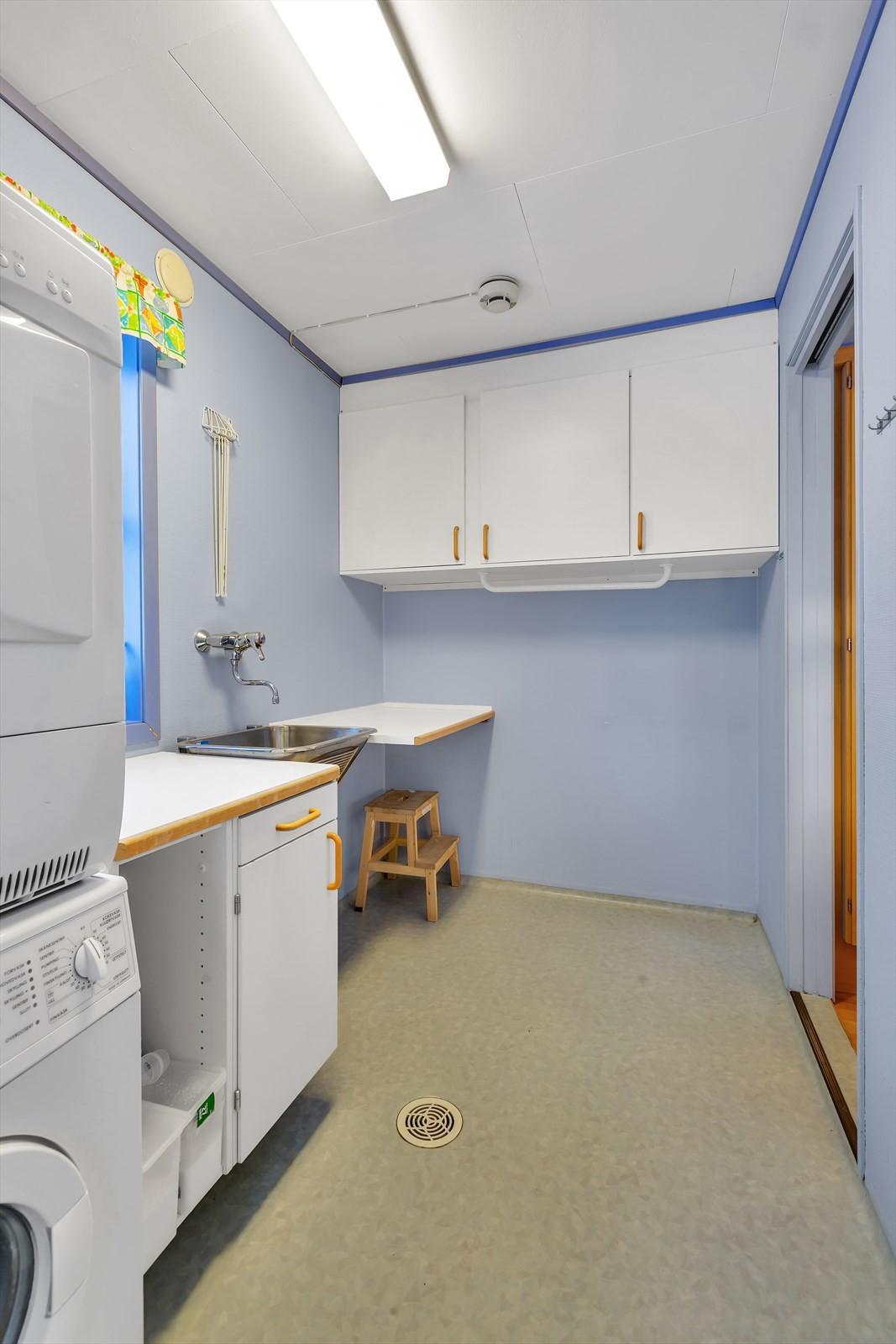Vaskerom med inngang fra kjøkkenet