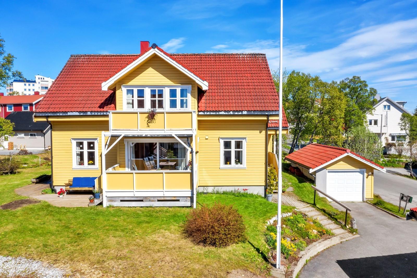 Stor og innholdsrik bolig med pent opparbeidet tomt
