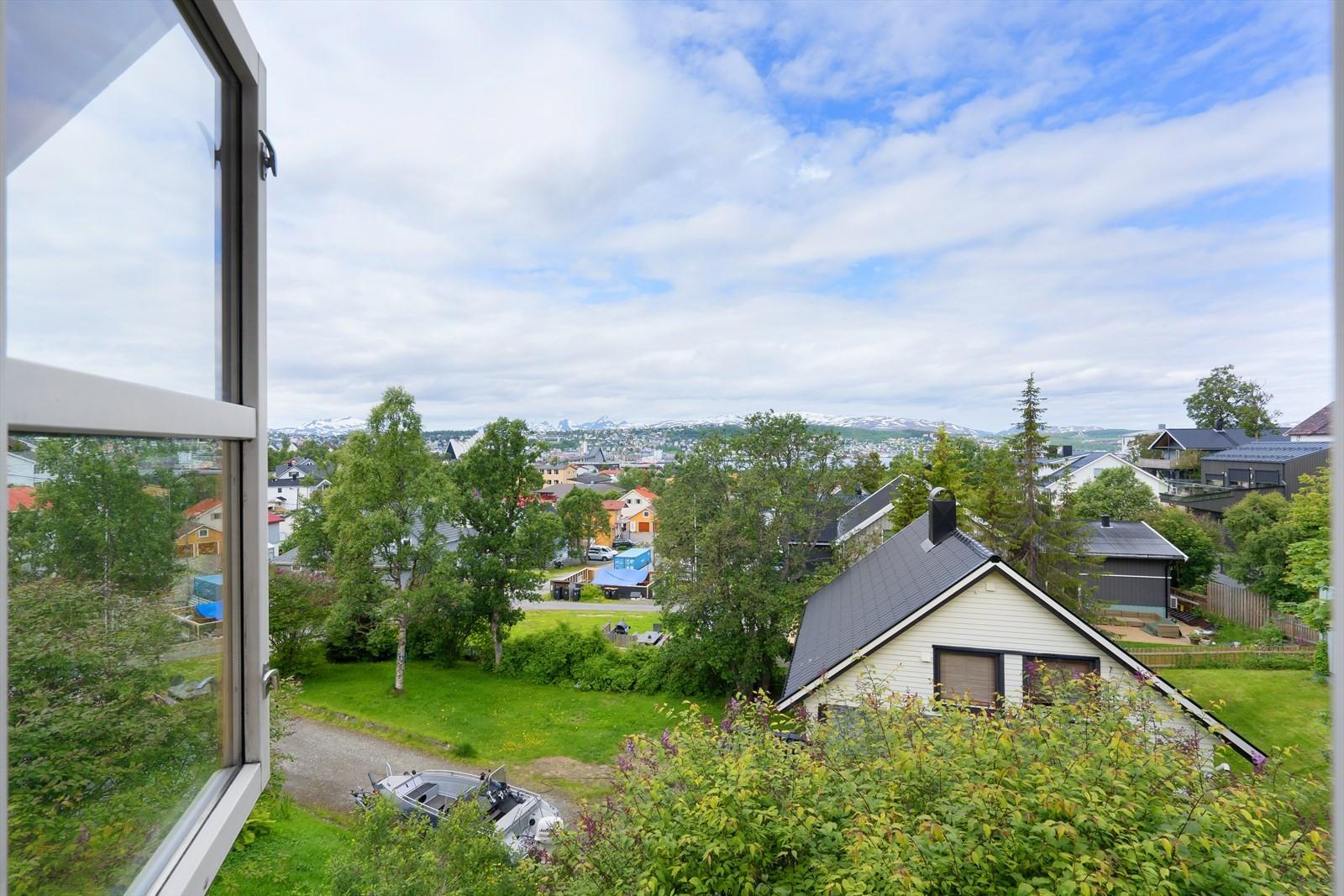 Utsikt ut vinduet på hovedsoverommet