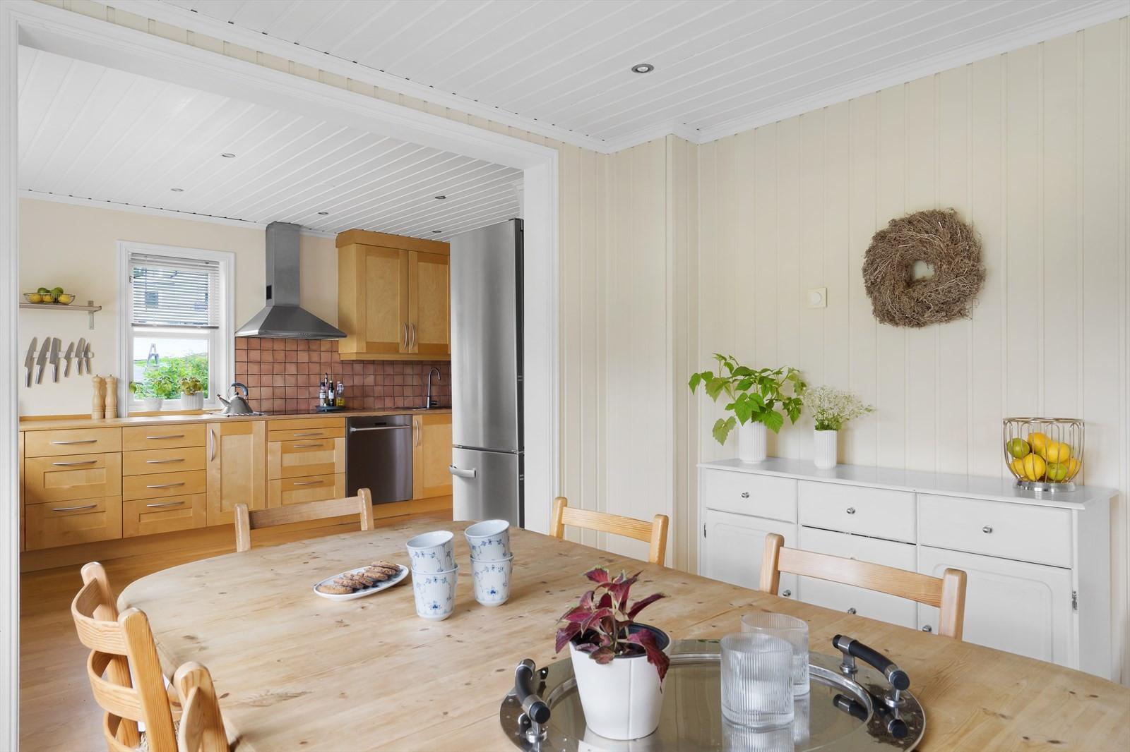 På kjøkkenet er det rikelig med plass til spisebord
