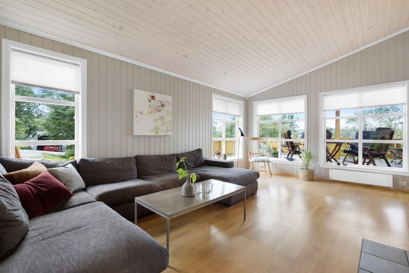 Huset har flere oppholdssoner, bildet viser dagligstuen som bl.a. har god takhøyde og store vindusflater