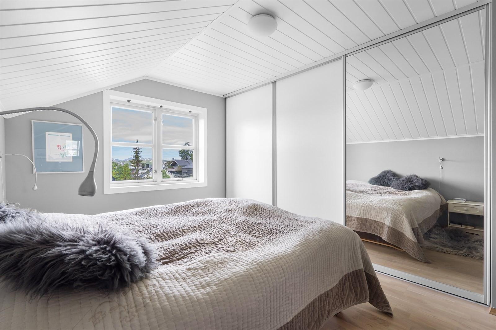 I boligens øverste etasje finner du 3 gode soverom. Bildet viser hovedsoverommet med utsikt mot vest og med stor skyvedørsgarderobe