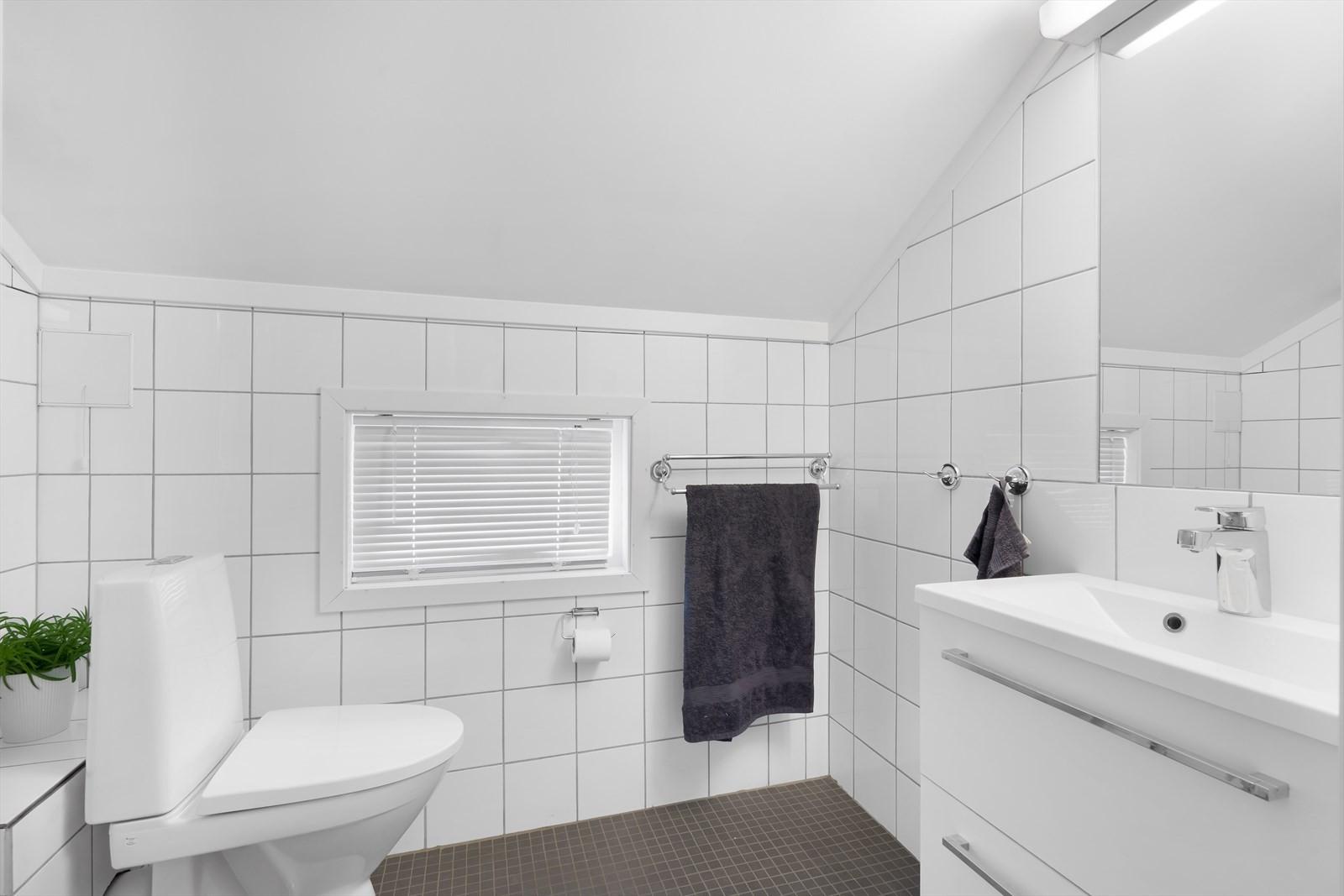 I tillegg til soverommene i 2. etasje finner du dette badet som ble oppgradert 2014/15