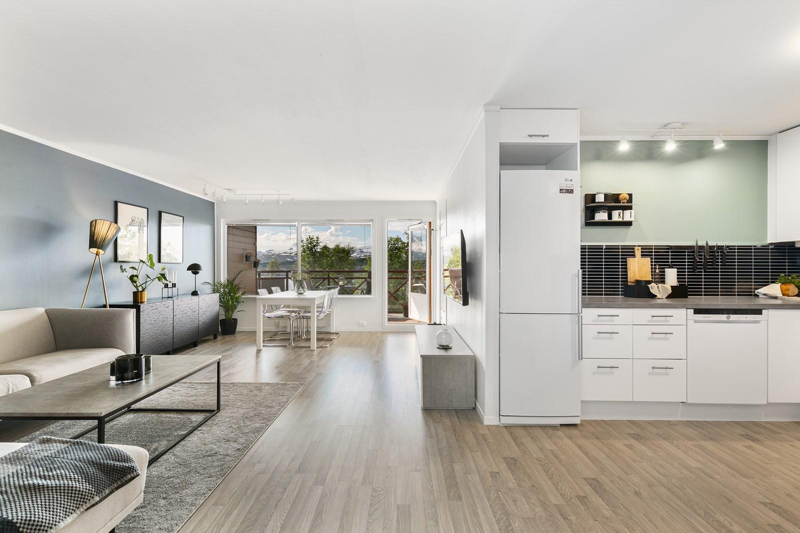 Stue og kjøkken i åpen løsning. Luftig og romslig planløsning.