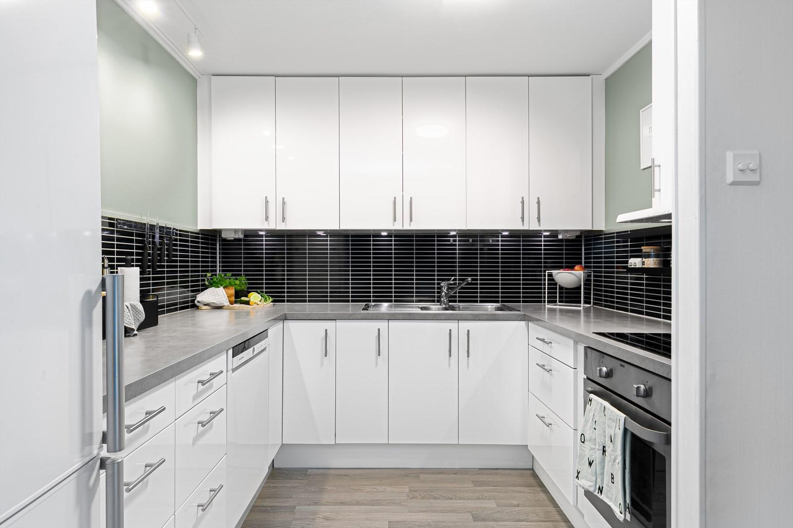 Kjøkken med god plass i innredninger og moderne utførelse.